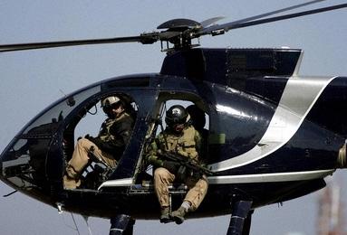 ヘリコプターからバグダッド中心部を査察する米民間軍事会社「ブラックウォーター(Blackwater)」の職員(2005年2月5日撮影)。【AFP/MARWAN NAAMANI】