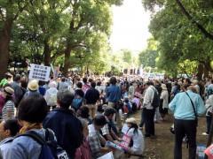 憲政記念館の公園内でもたくさんの人が集会に参加していた