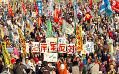 3万5000人が集まった県民総決起大会(5日、宜野湾市海浜公園)=琉球新報