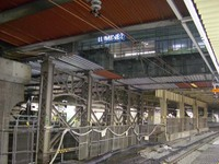 新宿駅新ホームからルミネが見える