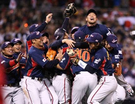 優勝を喜ぶ日本の選手たち=米カリフォルニア州サンディエゴのペトコパークで20日、山本晋写す(毎日新聞)