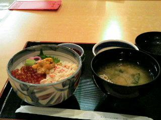 カニ+イクラ+ウニの北海丼